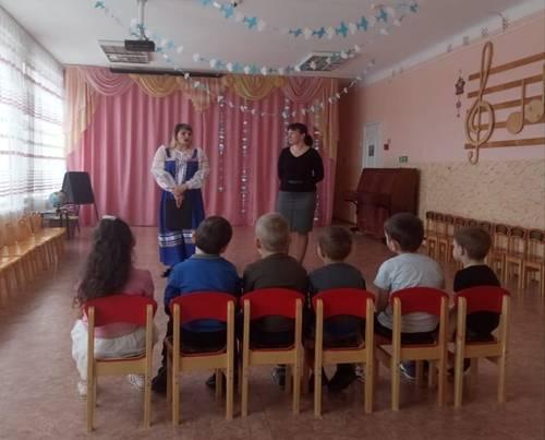 Дети  вместе с ведущим входят в зал и садятся на стульчики.